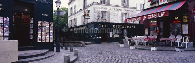 石畳の路地にあるカフェ モンマルトルの丘 パリ フランスの写真素材 [FYI03004270]
