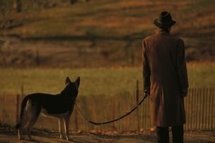 犬を連れた男性の後ろ姿 マンハッタンの写真素材 [FYI03004309]