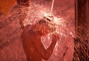 シャワーを浴びる外国人男性 ワイキキの写真素材 [FYI03004311]