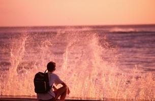 波しぶきを眺める外国人男性  ワイキキ ハワイの写真素材 [FYI03004320]