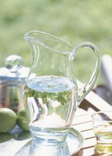 水差しとグラスと果物の写真素材 [FYI03004498]
