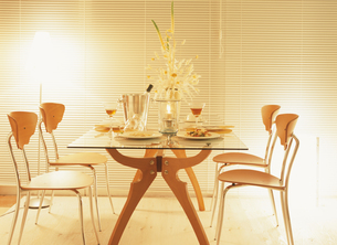 4脚の椅子と食卓の上のキャンドルの写真素材 [FYI03004502]