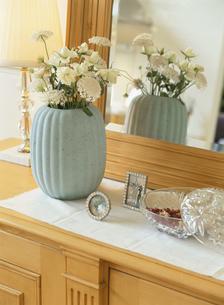 鏡台の前の花瓶に生けられた花の写真素材 [FYI03004505]
