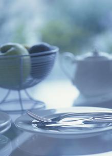 ティーポットとリンゴとフォークとナイフの写真素材 [FYI03004520]