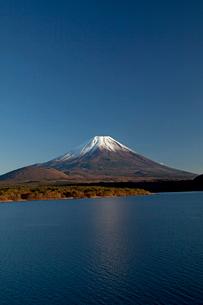 本栖湖より望む富士山の写真素材 [FYI03004661]