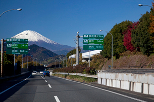 東名高速道路と富士山の写真素材 [FYI03004665]