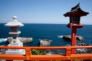 鵜戸神宮の灯籠と海の写真素材 [FYI03004666]