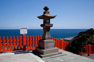 鵜戸神宮の石灯籠と海の写真素材 [FYI03004670]
