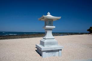 青島神社の石灯籠と海の写真素材 [FYI03004685]