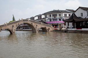 千灯運河の石橋と家並の写真素材 [FYI03004720]