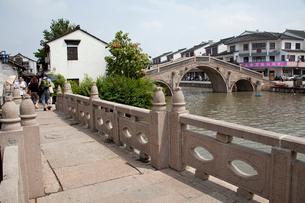 千灯運河の石橋と家並の写真素材 [FYI03004722]