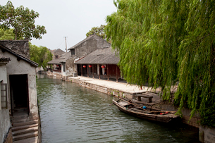 錦渓の水路と家並の写真素材 [FYI03004723]