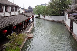 錦渓の家並と水路の写真素材 [FYI03004731]