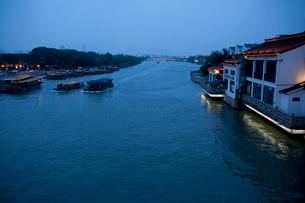 蘇州の運河夕景の写真素材 [FYI03004741]