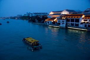 蘇州の運河夕景の写真素材 [FYI03004748]