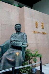 魯迅記念館内の魯迅像の写真素材 [FYI03004765]