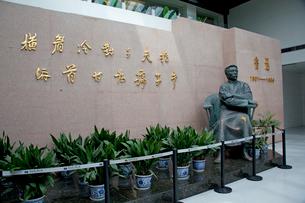魯迅記念館内の魯迅像の写真素材 [FYI03004770]