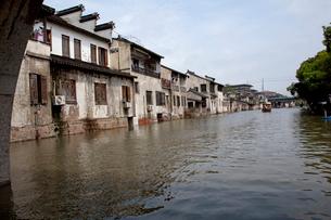 千灯運河沿いの古い家並の写真素材 [FYI03004801]