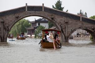 千灯運河の石橋と遊覧船の写真素材 [FYI03004802]