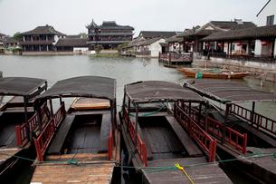 錦渓の建物と遊覧船の写真素材 [FYI03004805]
