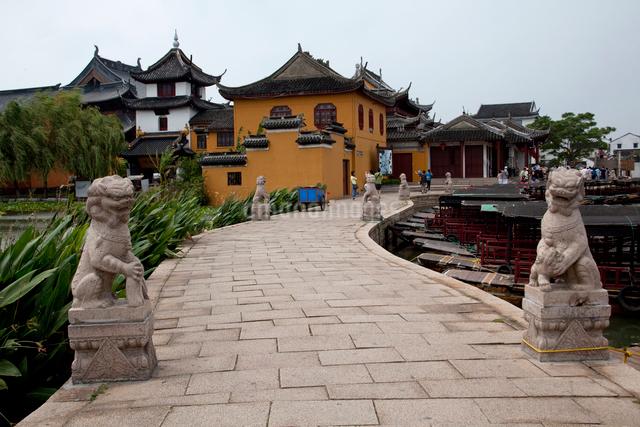錦渓の古蓮池と蓮池禅院の写真素材 [FYI03004808]