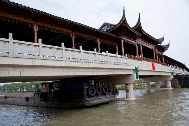錦渓の橋と船の写真素材 [FYI03004809]