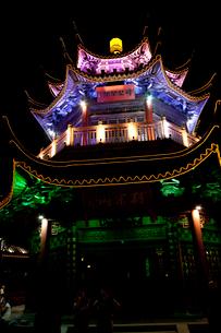 蘇州山塘街の塔ライトアップの写真素材 [FYI03004811]