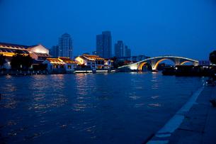 蘇州の運河夕景の写真素材 [FYI03004826]