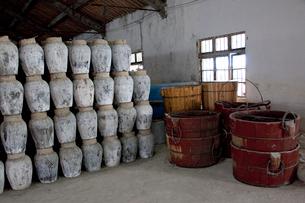 紹興酒工場の壺と桶の写真素材 [FYI03004838]