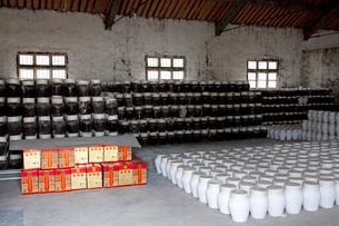 紹興酒工場の壺の写真素材 [FYI03004841]