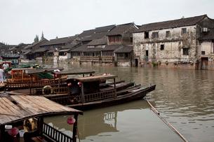 千灯運河沿いの古い家並と遊覧船の写真素材 [FYI03004857]