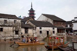 千灯運河沿いの古い家並と遊覧船の写真素材 [FYI03004859]