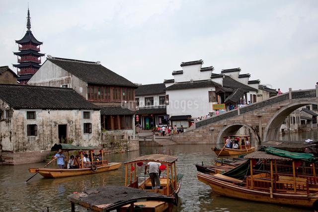 千灯運河沿いの古い家並と遊覧船の写真素材 [FYI03004861]
