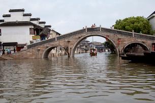 千灯運河の石橋と遊覧船の写真素材 [FYI03004862]