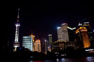 上海黄浦江ナイトクルーズ船よりビル群夜景の写真素材 [FYI03004863]