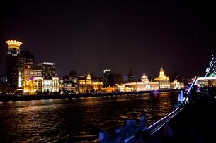 上海黄浦江ナイトクルーズ船よりビル群夜景の写真素材 [FYI03004864]