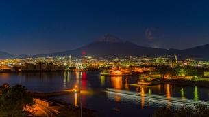 ふじのくに田子の浦みなと公園から望む富士山と工場夜景の写真素材 [FYI03004906]