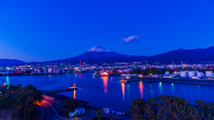 ふじのくに田子の浦みなと公園から望む富士山と工場夜景の写真素材 [FYI03004913]