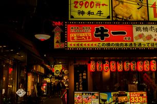 鶴橋 焼き肉店街の写真素材 [FYI03004918]