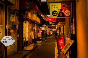 鶴橋 焼き肉店街の写真素材 [FYI03004921]