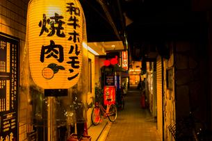 鶴橋 焼き肉店街の写真素材 [FYI03004924]