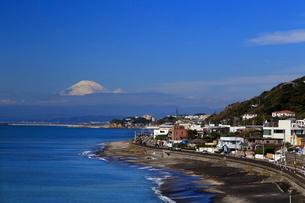 七里ケ浜からの富士山と江の島の写真素材 [FYI03005183]