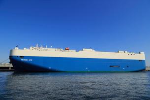 横浜港の自動車専用船の写真素材 [FYI03005195]