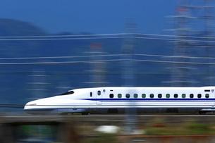 スピード感あふれる東海道新幹線N700系の写真素材 [FYI03005223]
