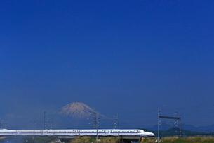 神奈川県 新幹線N700A系と富士山の写真素材 [FYI03005226]