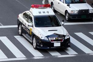 パトロール中のパトカーの写真素材 [FYI03005236]