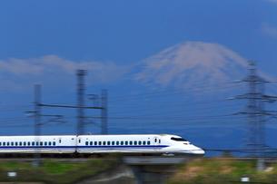 神奈川県 新幹線700系と富士山の写真素材 [FYI03005240]