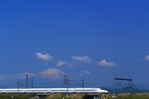 神奈川県 新幹線N700系と富士山の写真素材 [FYI03005245]