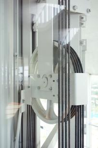 エレベーターの滑車の写真素材 [FYI03005296]