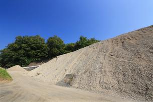 産業用の砂利山の写真素材 [FYI03005352]